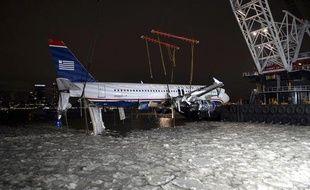 L'Airbus contraint à un amerrissage forcé sur l'Hudson river à New York, est sorti de l'eau, le 17 janvier 2009. Il doit être mis au sec pour les besoins de l'enquête.