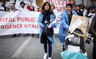 Une manifestation du personnel des hôpitaux publics (médecins, infirmiers, aide-soignants...) à Paris en novembre 2019.