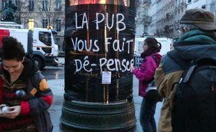 Le collectif Plein la vue a recouvert certains panneaux à Lyon pour interpeller sur la nécessité de limiter l'affichage publicitaire dans les rues de Lyon.