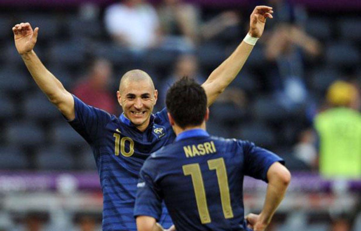 Karim Benzema félicite Samir Nasri pour son but face à l'Angleterre à l'Euro, à Donetsk, le 11 juin 2012. – Manu Fernandez/AP/SIPA