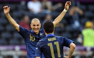 Karim Benzema félicite Samir Nasri pour son but face à l'Angleterre à l'Euro, à Donetsk, le 11 juin 2012.