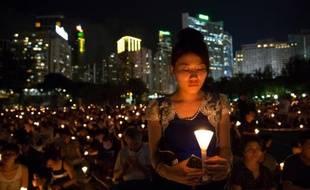 Des milliers de personnes affluent dans un parc du centre de Hong Kong, le 4 juin 2015, pour commémorer la répression du printemps de Pékin en 1989 sur la place Tiananmen, et réclamer une véritable démocratie dans l'ancienne colonie britannique