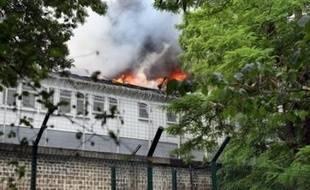 Les deux bâtiments du centre de rétention administrative (CRA) de Vincennes, le plus grand de France, ont été détruits dimanche dans un incendie provoqué par des personnes retenues dont une cinquantaine ont profité de la confusion pour s'enfuir.