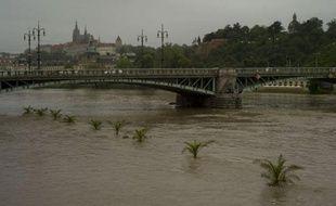 La situation était inquiétante à Prague, où des barrages contre les inondations étaient installés en hâte le long de la Vltava, la rivière qui traverse la capitale tchèque. Huit stations de métro ont été fermées dans l'après-midi et un hôpital évacué.
