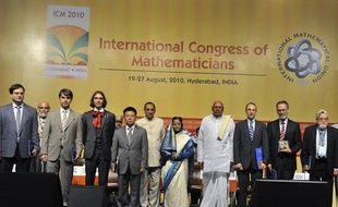 En Inde à Hyderabad, durant l'ouverture de la cérémonie du congrès inernational des mathématique le 19 Août 2010. De gauche à droite, les quatre médaillés Fields: Elon LindenstraussStanislav Smirnov, Cédric Villani, Ngo Bau Chau, puis: la présidente de l'Inde, Daniel Spielman (prix Rolf Nevanlinna), Yves Meyer (prix de Gauss) et Chern Medal, gagnant du prix Louis Nirenberg.
