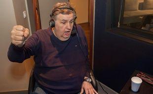 Pierres Ménès dans la cabine d'enregistrement