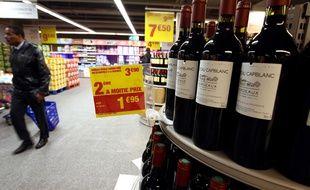 Rayon vins d'un supermarché en France.