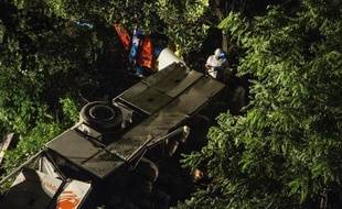 """Trois personnes sont visées par l'enquête préliminaire pour """"homicides involontaires"""" ouverte après l'accident de car qui a fait au moins 38 morts dimanche soir dans le sud de l'Italie, a-t-on appris jeudi de sources judiciaires citées par l'agence Ansa."""