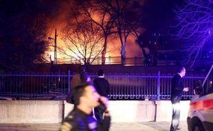 Des pompiers et des habitants à proximité du site de l'attentat meurtrier, à Ankara le 17 février 2016 en Turquie