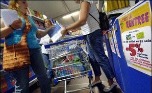 La consommation des ménages en produits manufacturés a augmenté de 0,9% en janvier après une baisse de 0,5% en décembre, en données corrigées des jours ouvrables et des variations saisonnières, selon l'Insee.