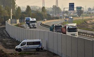 La justice a validé la construction du mur de Calais.