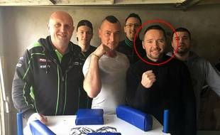 Gaëtan Coudevylle avec d'autres membres de son club de bras de fer.