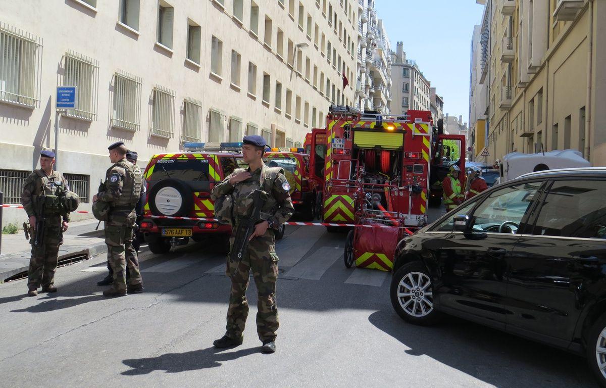 Des militaires devant devant l'immeuble où à eu lieu la perquisition dans le cadre de l'enquête anti-terroriste, mardi 18 avril à Marseille. – A. M.