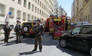 Des militaires devant devant l'immeuble où à eu lieu la perquisition dans le cadre de l'enquête anti-terroriste, mardi 18 avril à Marseille.