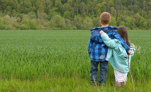 Illustration de deux enfants bras dessus dessous pour évoquer les jeunes enfants amoureux.