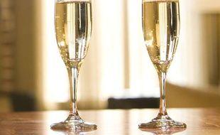 Deux verres de champagne.