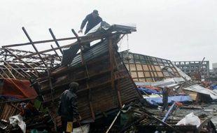 Un homme constate les dégâts sur sa maison détruite après le passage du typhon Hagupit, le 7 décembre 2014 à Tacloban, dans le centre des Philippines