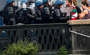 Les policiers font face aux manifestants en marge du G7, à Bayonne, le 24 août 2019.