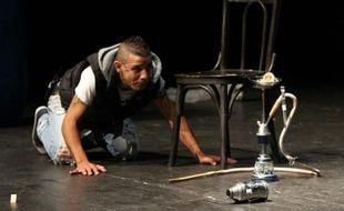 Un acteur amateur, un alaouite du quartier de Jabal Mohsena à Tripoli joue une scène d'un conte tripolitain, dans un théâtre à Beyrouth le 15 juin 2015