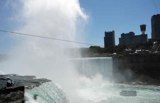 Le fil de fer tendu au-dessus des chutes du Niagara pour la traversée du funambule Nik Wallenda prévue le 15 juin 2012.