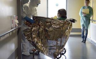 Un membre de l'équipe de santé de l'Hôpital civil de Strasbourg pendant un exercice de préparation à l'épidémie Ebola, le 24 octobre 2014.