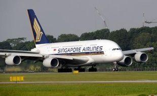 Le premier Airbus A380 commercial vers l'Europe, un appareil de la compagnie aérienne Singapore Airlines (SIA), a décollé mardi matin de Singapour et doit se poser dans l'après-midi à l'aéroport de Londres Heathrow, a constaté un journaliste de l'AFP.