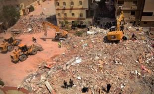Des secours sur le site de l'immeuble effondré au Caire, samedi 27 mars.