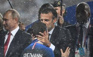 Emmanuel Macron embrasse le front d'Antoine Griezmann le 15 juillet 2018.  AFP PHOTO / FRANCK FIFE