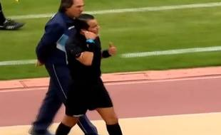 Un arbitre equatorien va confisuqer le téléphone portable d'un coach, le 16 novembre 2014.