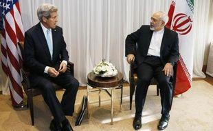 Le Secrétaire d'Etat américain John Kerry (g) et le chef de la diplomatie iranienne Mohammad Javad Zarif à Genève, le 14 janvier 2015