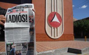 Un homme montre le dernier exemplaire du quotidien «Norte de Ciudad Juarez», le 2 avril 2017, qui a décidé de fermer après l'assassinat d'une de ses journalistes.