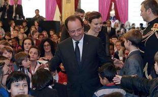 Le président Francois Hollande (C) et sa compagne, Valerie Trierweiler, parmi les enfants invités à la fête de Noël de l'Elysee, le 18 décembre 2013.