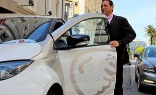 Thierry Chiocca, directeur des activités «nouvelles mobilités» chez Transdev, l'exploitant du service Auto Bleue, à bord d'une Zoé électrique.