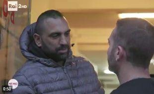Roberto Spada a subitement assené un violent coup de tête au journaliste, lui fracturant le nez