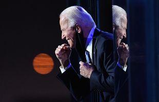 Le président élu Joe Biden, le poing serré après avoir prononcé un discours à Wilmington, Delaware, le 7 novembre 2020.