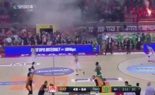 C'était littéralement le feu dans les tribunes lors de la finale des play-offs entre l'Olympiakos et le Pana.