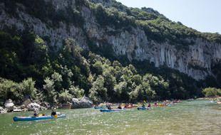 Photo d'illustration de canoës dans les gorges de l'Ardèche.