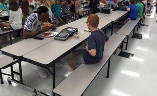 En août 2016, le geste spontané du footballeur américain Travis Rudolph venu s'assoir à la table de Bo a changé la vie quotidienne du jeune autiste de 11 ans soudainement devenu très populaire.