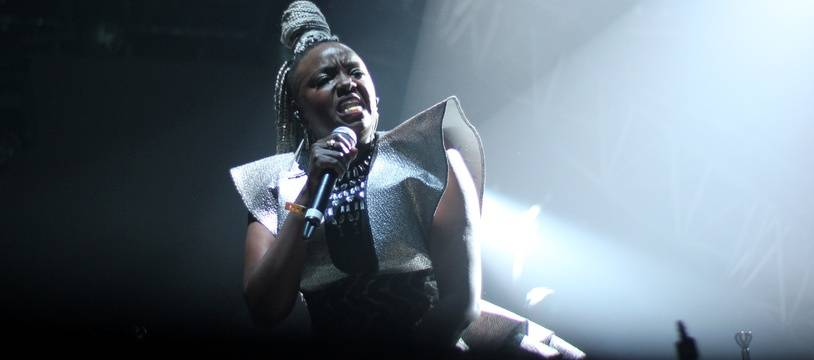La chanteuse Muthoni Drummer Queen sur la scène des Trans Musicales de Rennes.