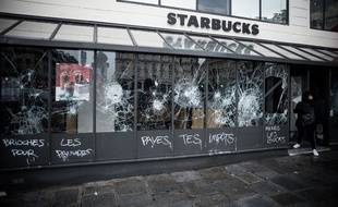 Le café Starbucks devant la Gare Saint-Lazare à Paris le 9 décembre 2018 au lendemain des manifestations