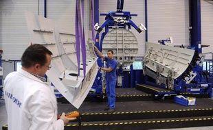 """L'assemblage du futur long-courrier d'Airbus, l'A350, en matériau composite, va démarrer """"dans les tout prochains jours"""" à Toulouse, siège de l'avionneur européen, ouvrant la voie aux premiers essais en vue de la certification de l'appareil qui doit entrer en service en 2014."""