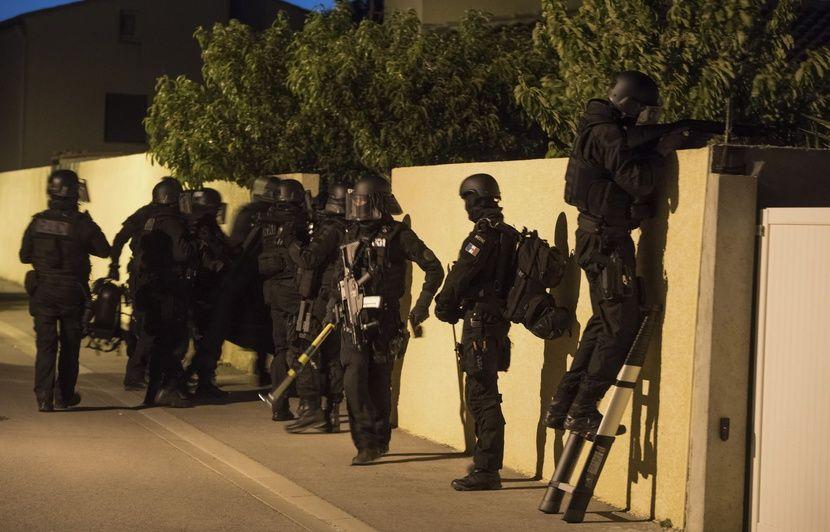 Saint-Denis: Un lance-roquette et 17 armes longues retrouvés dans un pavillon inhabité