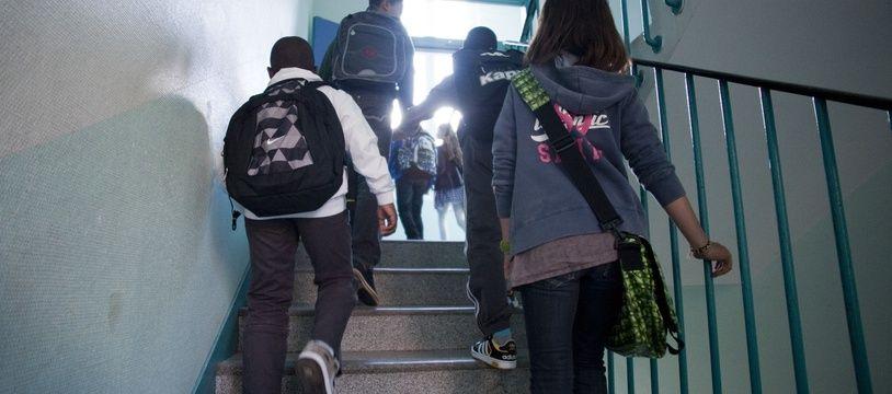Des enfants dans un collège. (Illustration)