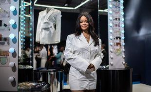 Rihanna pose devant sa marque Fenty à Paris le 22 mai 2019.