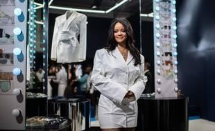Rihanna pose devant sa marque Fenty  à Paris le 22 mai 2019