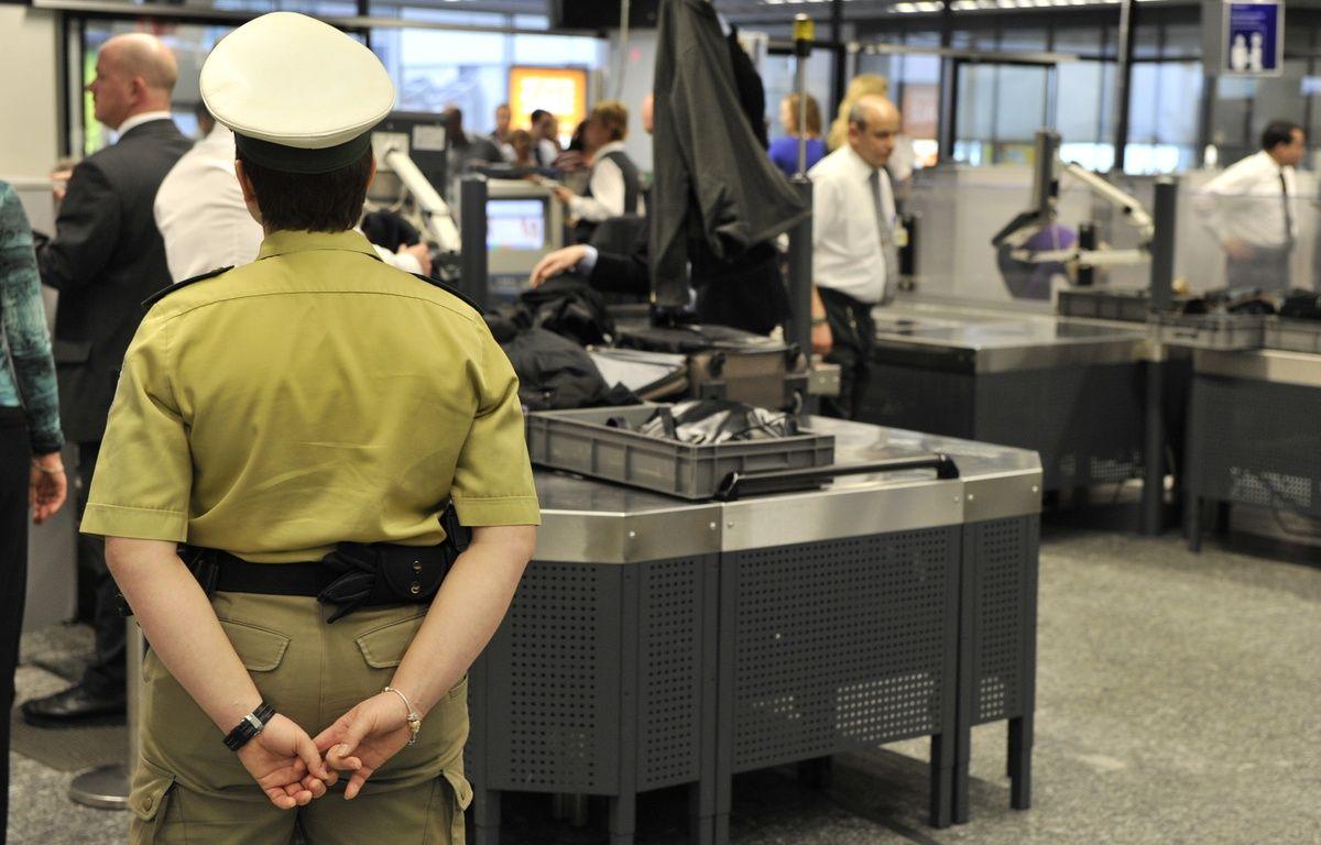 Des passagers passent les contrôles de sécurité à l'aéroport de Francfort, en Allemagne, le 2 février 2010. – AFP PHOTO / DPA / BORIS ROESSLER