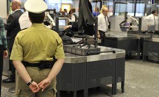 Des passagers passent les contrôles de sécurité à l'aéroport de Francfort, en Allemagne, le 2 février 2010.