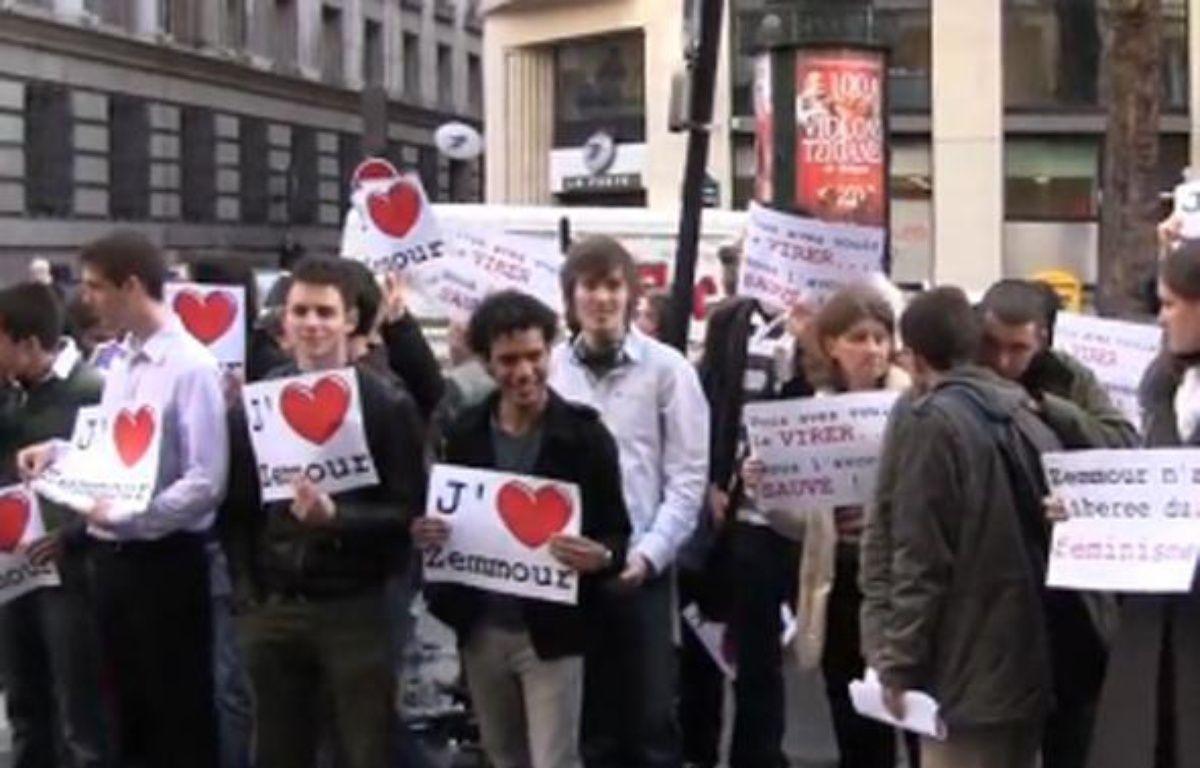 Capture d'écran montrant des manifestants venus soutenir Eric Zemmour au siège du «Figaro», à Paris, le 25 mars 2010. – DR / 20 Minutes