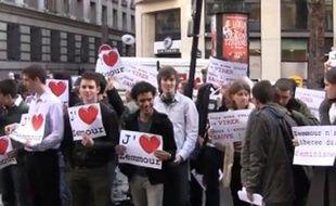 Capture d'écran montrant des manifestants venus soutenir Eric Zemmour au siège du «Figaro», à Paris, le 25 mars 2010.