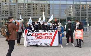 Une poignée d'étudiants a manifesté ce mardi devant le conseil régional d'Auverge Rhône-Alpes.